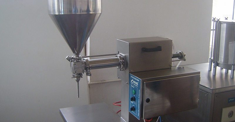 Filling machine for liquid and semi-solid products